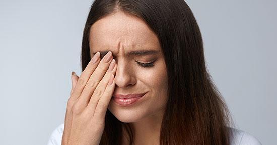 درمان های خانگی چشم درد؛ روغن کرچک را امتحان کنید
