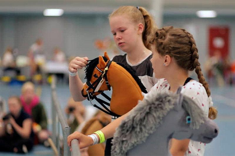 فیلم ، دختران فنلاندی اسب شدند و با هم مسابقه دادند!