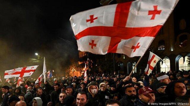 پلیس گرجستان با معترضان مقابل ساختمان مجلس درگیر شد