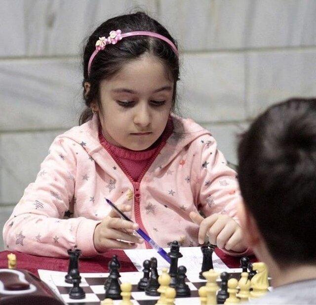 درس جوانمردی یک دختر 7 ساله، حریفش گریه کرد او از برد گذشت!