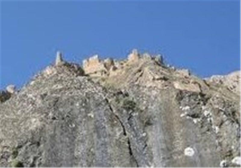 ساختمان های مسکونی چناران تا 5 متری تپه باستانی پیشروی نموده اند