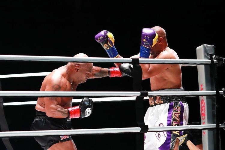 خاتمه مبارزه تایسون و جونز بدون برنده!