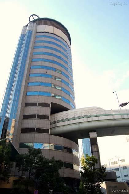 اتوبانی که از وسط یک برج می گذرد